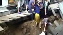 El impresionante momento en el que un socavón de 10 metros se traga a los transeúntes en una ciudad de China
