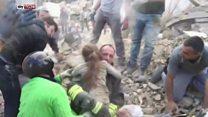 Terremoto en Italia: el esperanzador momento en el que rescatan a una niña soterrada bajo los escombros