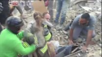 Menina é resgatada de escombros após terremoto na Itália