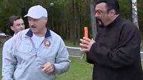 """""""Кушай на здоровье!"""" Лукашенко угостил Сигала морковкой"""
