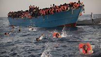 Miles de migrantes desesperados son rescatados frente a la costa de Libia