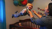 O garoto 'voador' de 2 anos que se tornou sensação na internet