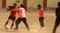 মুম্বাইয়ে মুসলিম নারীদের ফুটবল খেলা
