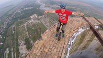 El intrépido acróbata que montó en monociclo en la  cresta de una chimenea a 250 metros