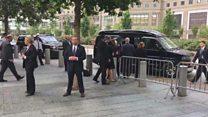 Video mostra momento em que Hillary Clinton é amparada após passar mal em cerimônia do 11/9