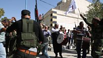 """""""Vivíamos en una prisión. Hemos sido liberados"""": así celebra una ciudad siria la retirada de Estado Islámico"""