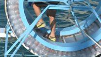 В чем смысл ходьбы по воде в колесе из пластиковых бутылок?