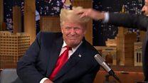 Aparıcı Trump-ın saçını qarışdırıb