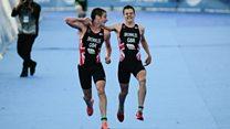 El emocionante momento en que el triatlonista Alistair Brownlee ayuda a su hermano desfalleciente a terminar una carrera