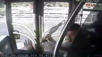 Metrobüsteki şemsiyeli saldırı anı