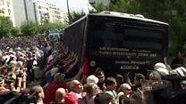 Impresionantes imágenes de una protesta en Grecia en que un grupo de ancianos intenta con sus manos derribar a un autobús