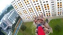 Vídeo mostra resgate de gato preso em parapeito no 12º andar de prédio
