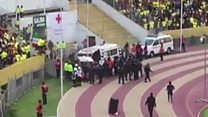 El momento en que una ambulancia se lleva a Enner Valencia fuera del campo, mientras lo sigue la policía