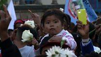 Empuñando flores blancas: indígenas, víctimas, campesinos y estudiantes marchan en Colombia por la paz