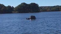 Dramático rescate de una mujer dentro de un auto que se hunde en un lago