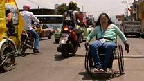 Las dificultades de sortear las destartaladas calles de Ciudad de México en silla de ruedas