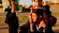 Families flee Mosul fighting on foot