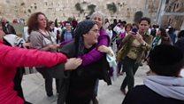 يهوديات يطالبن بحقوقهن في الصلاة عند حائط البراق