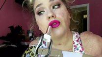 La joven sin brazos ni piernas que triunfa en internet con sus tutoriales de maquillaje