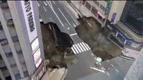 Un socavón gigante se traga una calle en Japón
