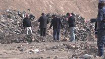 خبراء الأدلة الجنائية يفحصون مقبرة جماعية قرب الموصل