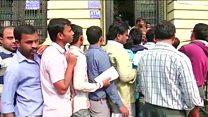 سردرگمی هندی ها در تعویض اسکناس های هزار و پانصد روپیه ای