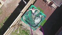 Australiano usa drone para receber cachorro-quente em banheira de hidromassagem e pode ser multado