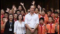 Hoàng tử William đá bóng với trẻ em Việt Nam