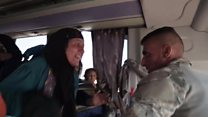 O emocionante momento em que soldado iraquiano reencontra mãe em ônibus com refugiados