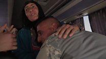 Soldado iraquiano reencontra mãe por acaso em ônibus com refugiados de Mossul
