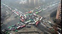 スモッグで渋滞……仕方ないから踊ろう 中国