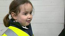 Ligação de menina de 4 anos para serviço de emergência salva vida de mãe
