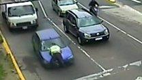 Polis avtomobilin kapotunda gəzdirilib