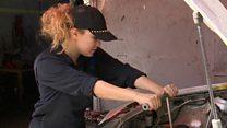 تونسية تتحدى التقاليد وتعمل ميكانيكية