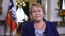 """""""Los países se benefician cuando hay más mujeres en la toma de decisiones"""" le dice Michelle Bachelet a BBC Mundo"""