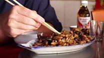 Repórter prova vespas fritas, iguaria em região 'mais fechada que Coreia do Norte'