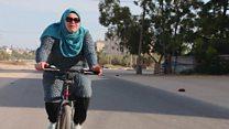 آمنة سليمان تتحدى العادات في غزة بركوب الدراجة