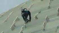"""""""الرجل العنكبوت"""" ألان روبير يتسلق ناطحة سحاب زجاجية دون استخدام أدوات"""