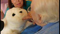 Робот-тюлень помогает старикам