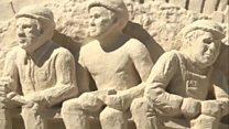 На побережье Атлантики вырастают скульптуры из песка
