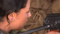 أيزيديات تستعد لقتال تنظيم الدولة الإسلامية