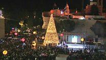 الفلسطينيون يضيئون شجرة الميلاد في مدينة بيت لحم