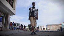 Estilista do Congo faz sucesso com roupas de papel