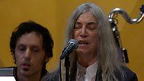 El momento en que Patti Smith se olvida la letra de una canción de Bob Dylan en la ceremonia de los Premios Nobel