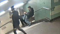 У Берліні чоловік ногою збив жінку зі сходів