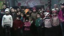 O apelo das crianças órfãs em meio ao fogo cruzado em Aleppo