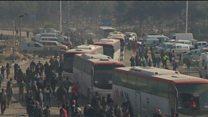 تخلیه ساکنان شرق حلب، بعد از وقفه ای یک روزه، از سر گرفته شد