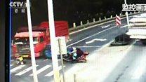 بالفيديو: نجاة طفل بعد إصابته من قبل شاحنة في الصين