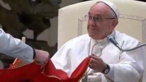 """Папа допоміг циркачам """"підняти"""" стіл"""