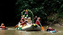 Relawan rayakan pernikahan di sungai Ciliwung